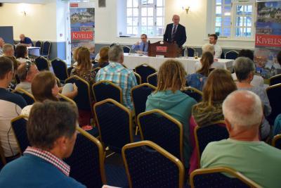 Kivells Director Simon Alford conducting proceedings in front of bidders